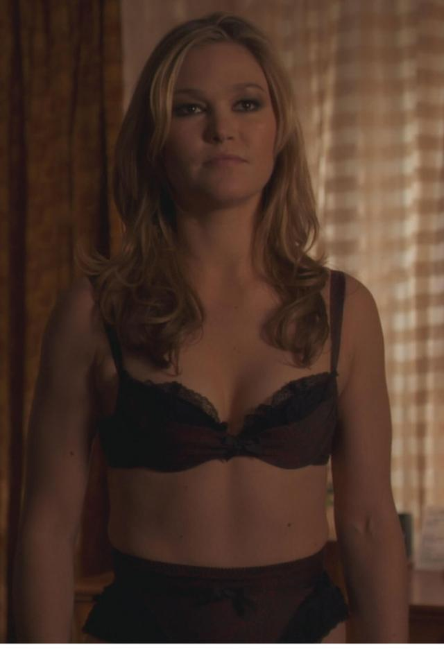 Julia Stiles sexy cleavage pics (2)