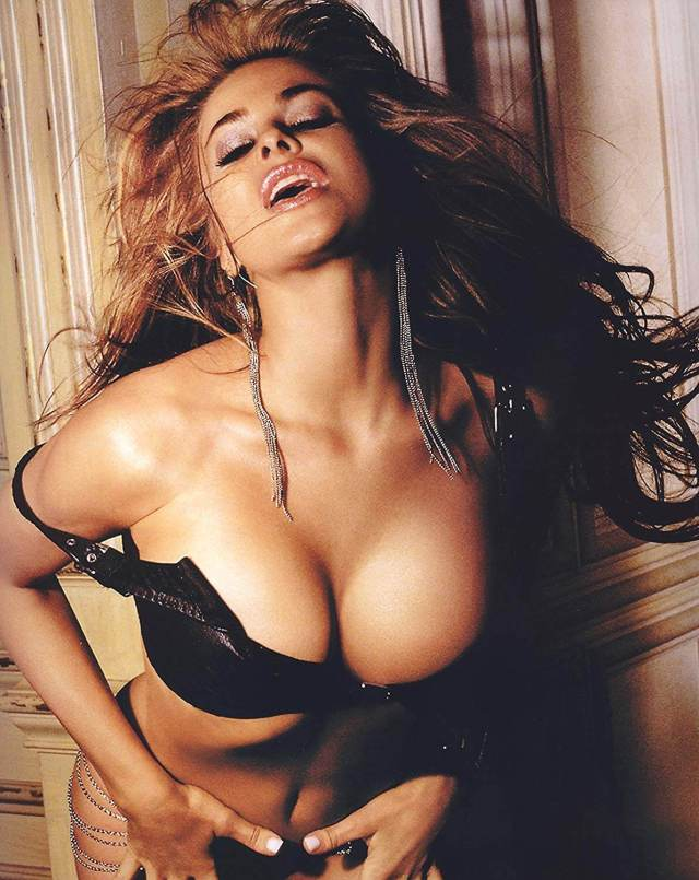 carmen-electra-cleavages