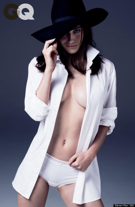 lizzy caplan sexy cleavage pics (2)