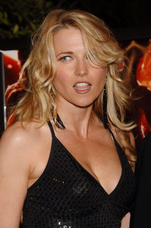 lucy-lawless-sexy-cleavage-