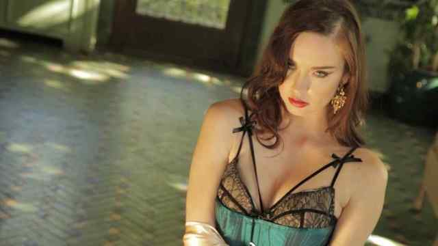 Elyse Levesque cleavage