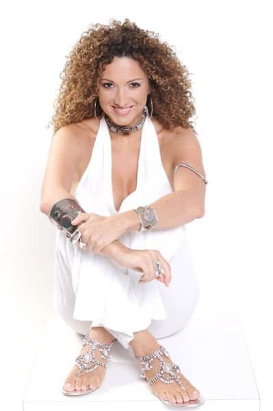 Erika Ender sexy cleavaage pics