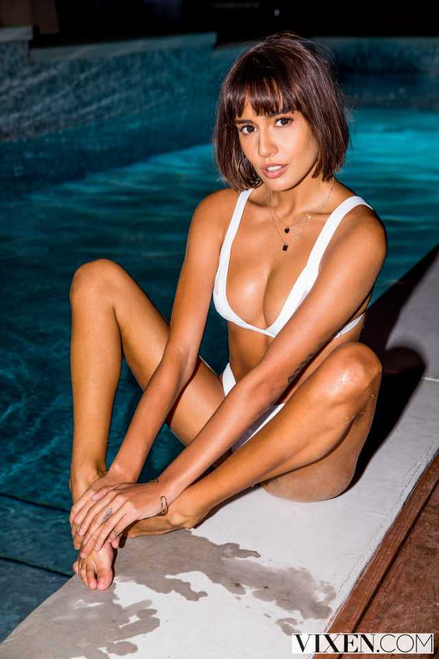 Janice Griffith cleavage