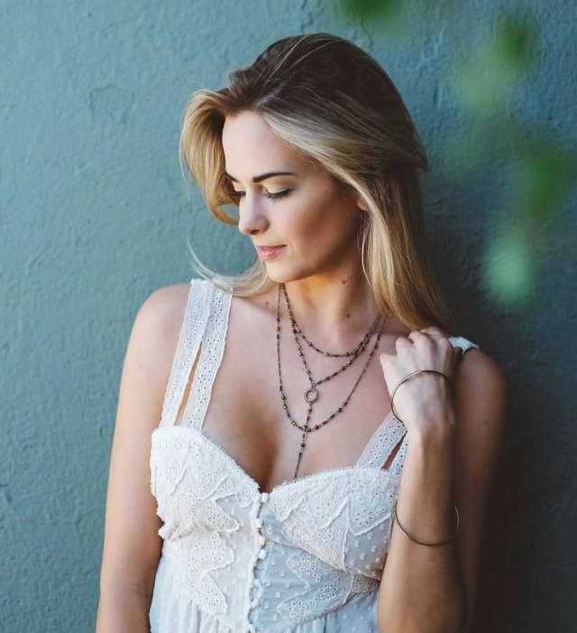 Jena Sims hot cleavage pictures