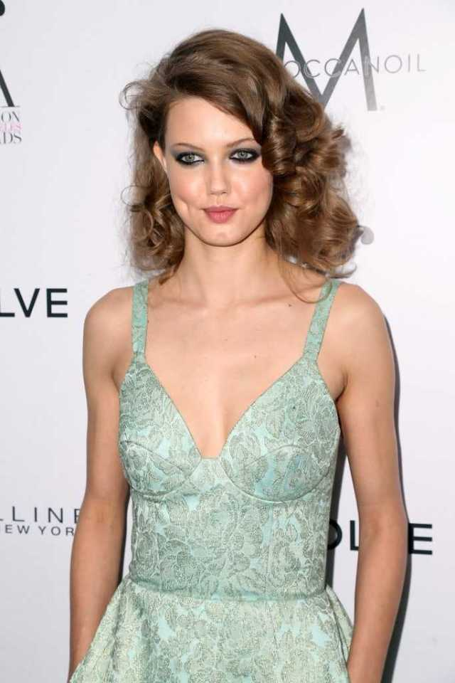 Lindsey Wixson sexy cleavage pictures