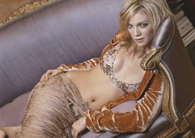 Amy Smart sexy look pictures