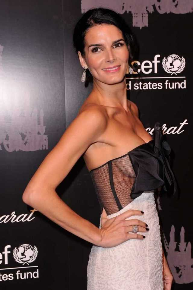 Angie Harmon sexy side boobs pictures (2)
