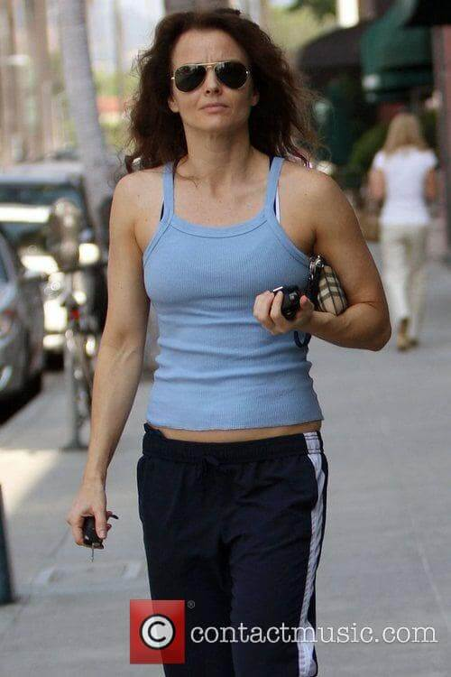 Dina-Meyer-sexy-cleavages