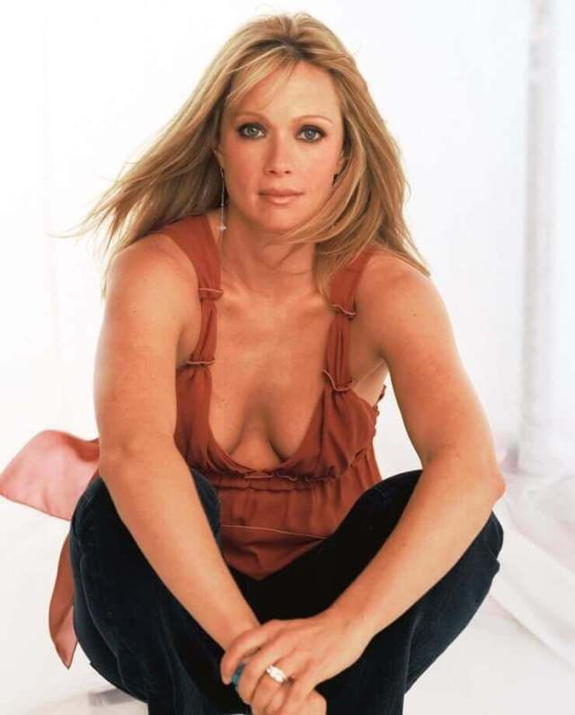 Lauren-Holly-hot-cleavage-pics-2