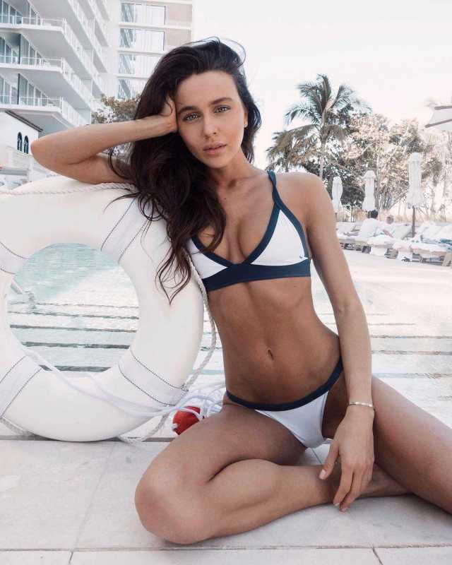 Mary Leest hot bikini pictures