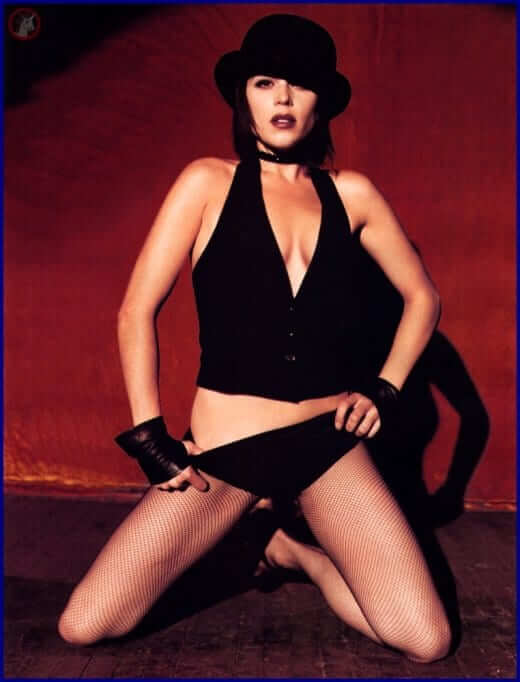 Neve Campbell hot cleavage pic