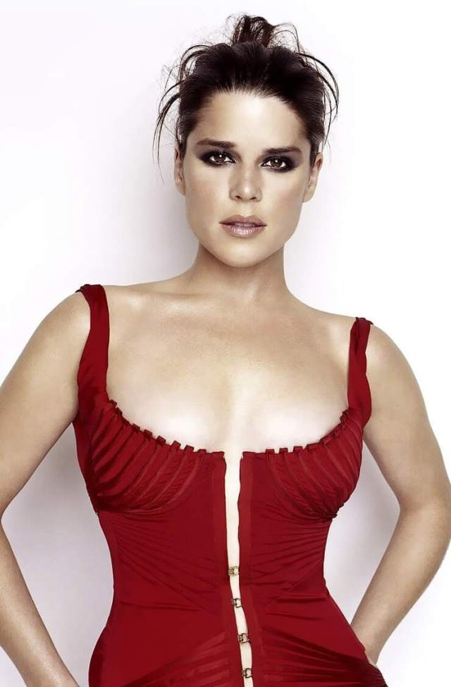 Neve Campbell sexy busty pics