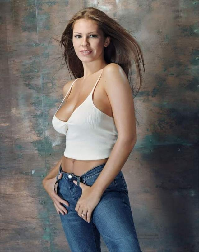 Nikki Cox sexy boobs (2)