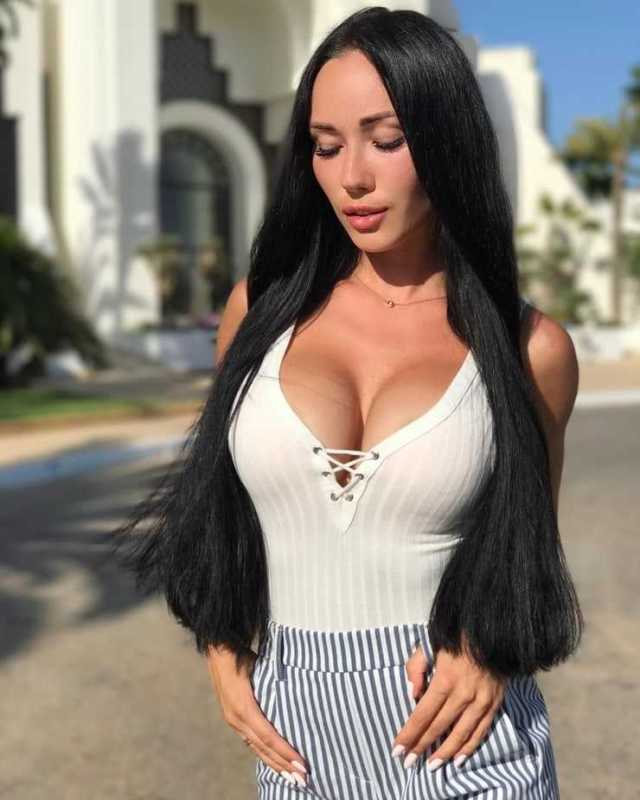 Nina Serebrova hot cleavage pictures