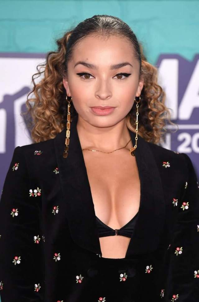 Ella Eyre hot cleavage pics
