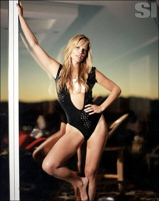 Molly-Sims-black-hot-look