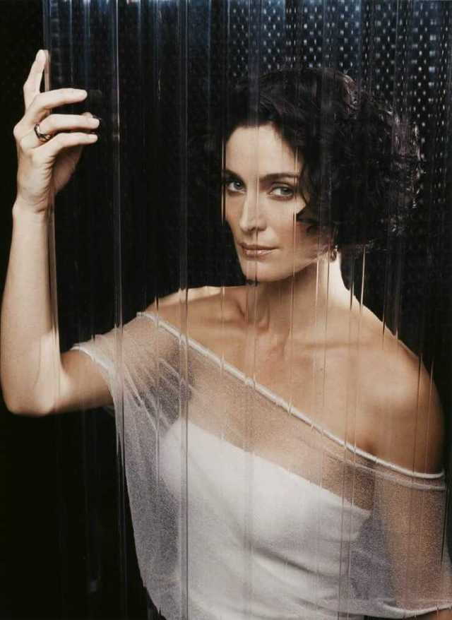 Carrie-Anne-Moss-hot-side-pics