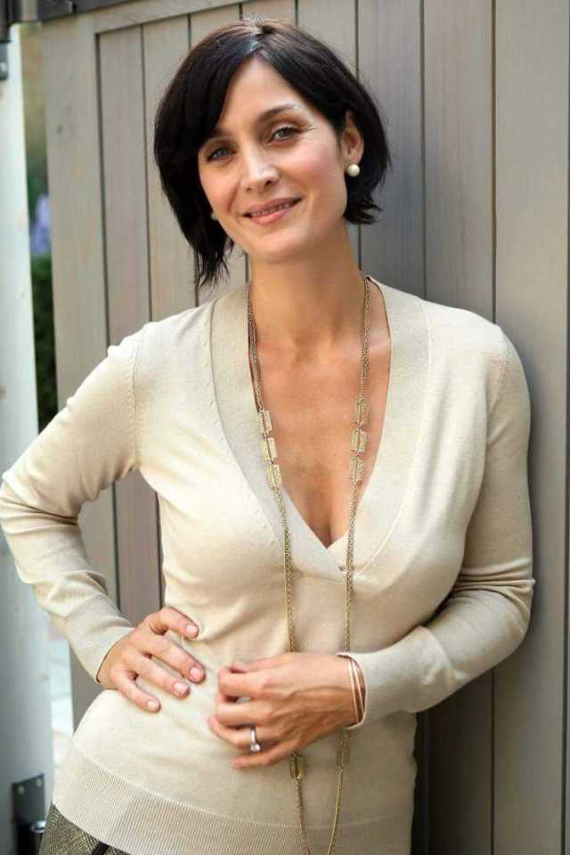 Carrie-Anne-Moss-sexy-boobs-photo