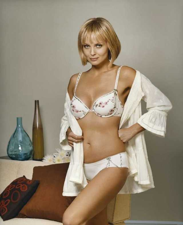Izabella Scorupco bgig boobs (1)