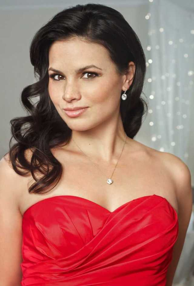 Katrina Law sexy cleavage (2)