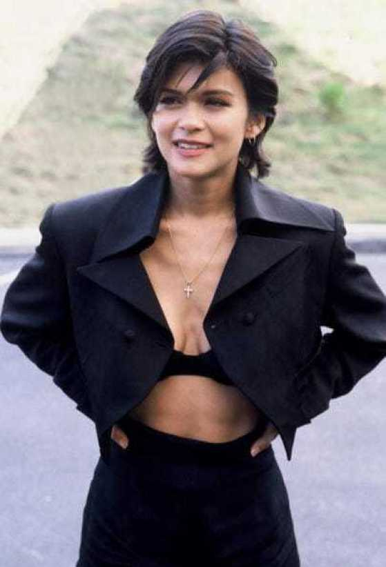 Nia Peeples side boobs sexy