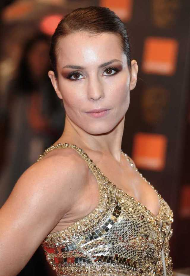 Noomi Rapace side boobs