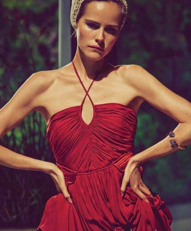 Isabel Lucas cleavage pics