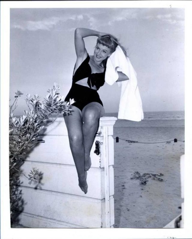 Paulette Goddard sexy thigh pictures