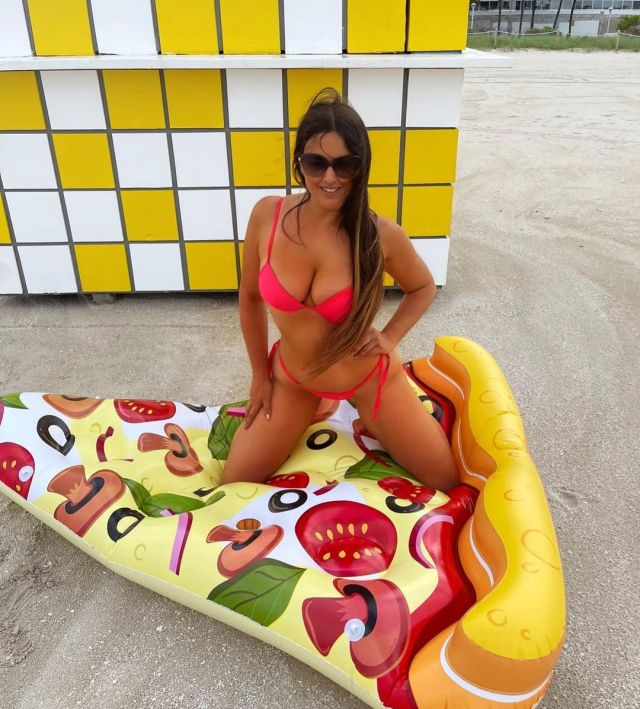 Claudia Romani nicely sculpted body