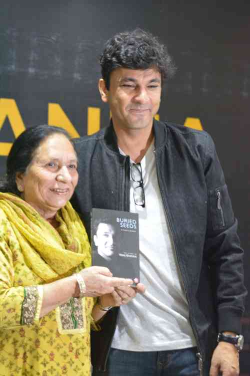 Chef Vikas Khanna with a fan at the book launch