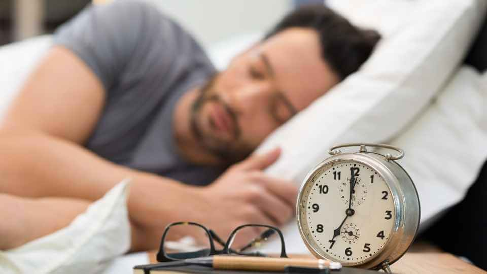 How to get out of bed more easily? Well, in this artilce, I'm sharing with you 3 practical tips to implement daily that will help to wake up easily.