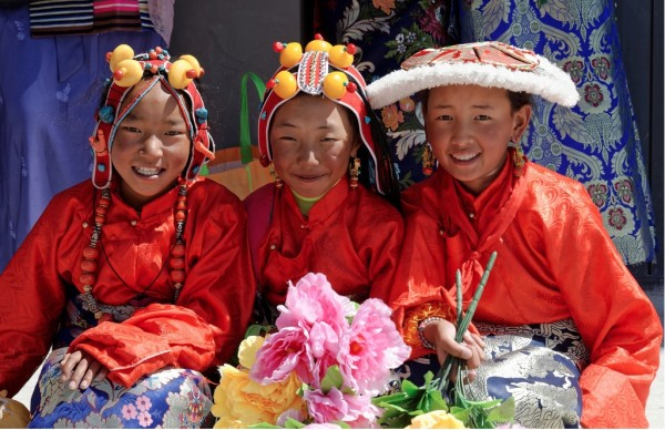 Smiling girls in Jyekundo, Tibet 2014