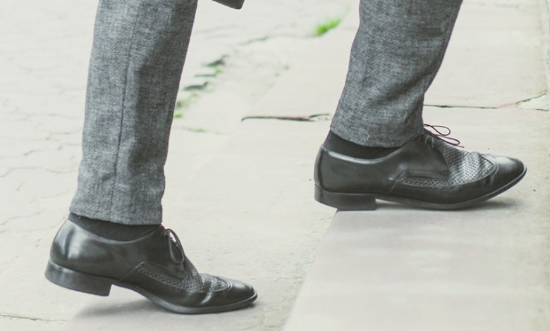 Top Best 5 Shoes For Walking On Concrete For Men In 2021