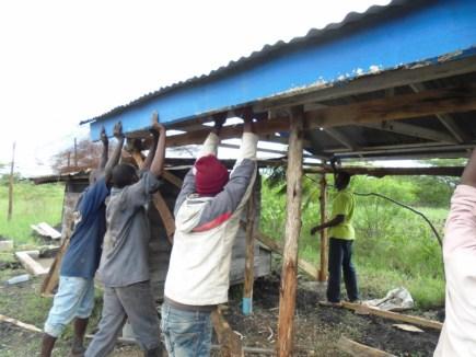 Taket ble plassert på ferdig monterte og tilpassede stolper