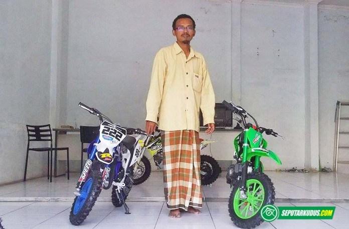 Fauzi, pemilik Hilmy Mini Showroom yang menjual motor mini di Kudus 2017_7