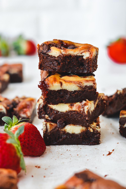 strawberry cheesecake brownies - bethcakes.com