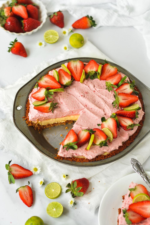 greek yogurt key lime pie with strawberry whipped cream - bethcakes.com