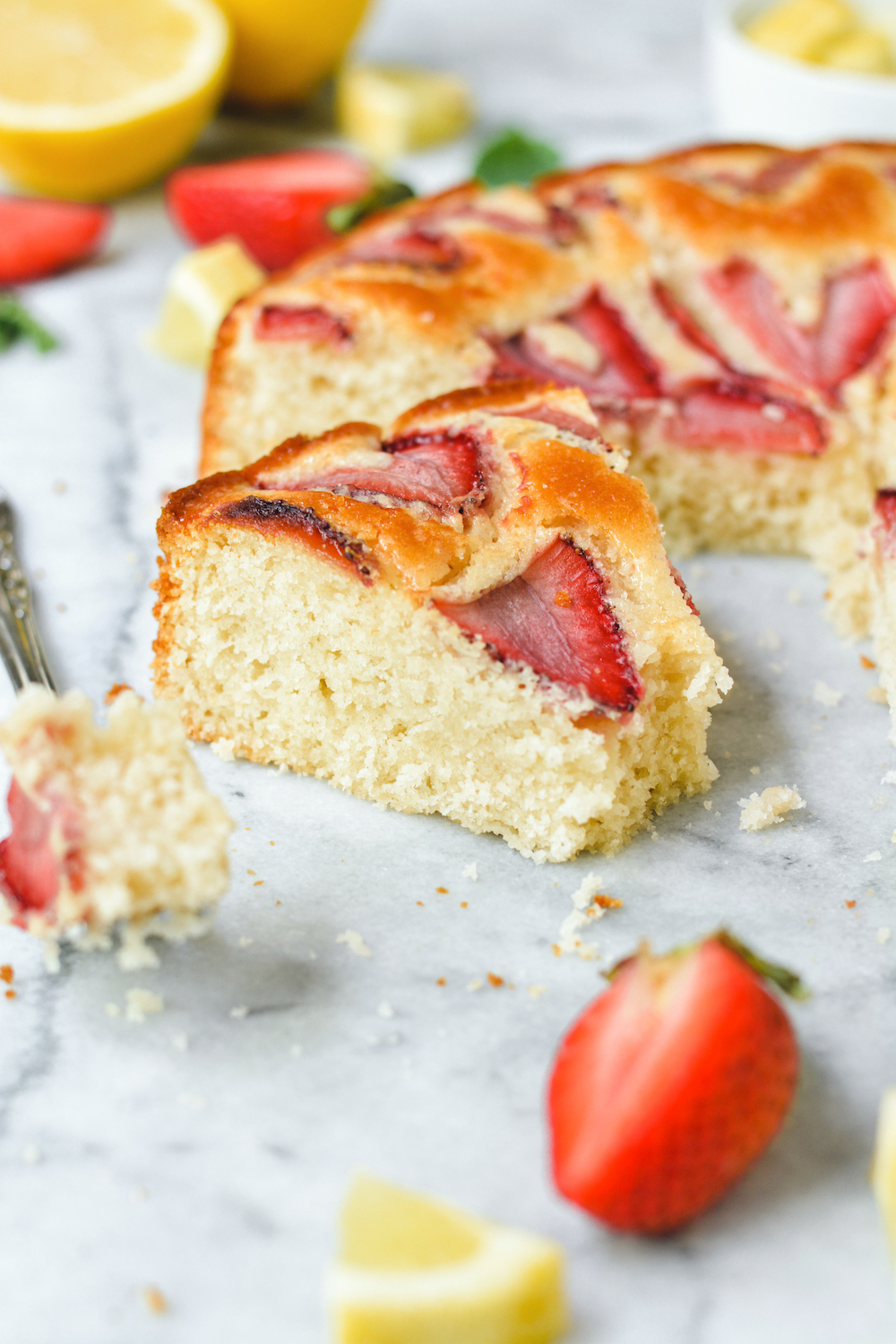 lemon snack cake with strawberries - bethcakes.com