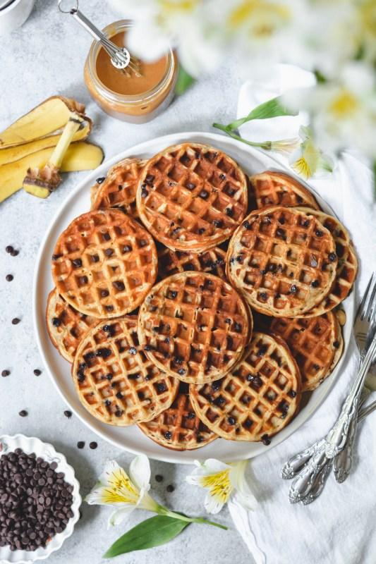 peanut butter banana chocolate chip waffles - bethcakes.com