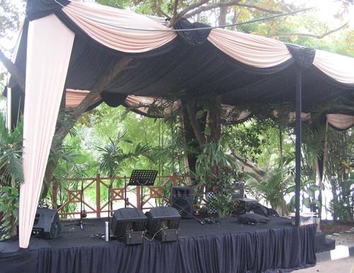 Panggung musik di dalam taman