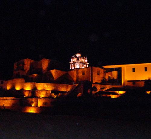 Vista noturna da lateral da Igreja da Companhia de Jesus e Qoricancha, a partir da Av. El Sol. foto:Z.Santos