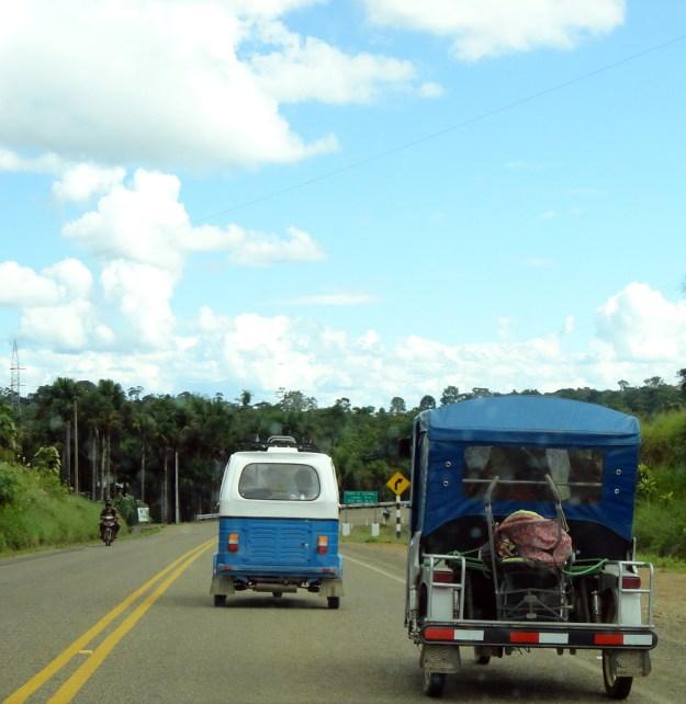 Veículos de 3 rodas, com a frente de moto, muito comuns no Peru e Bolívia