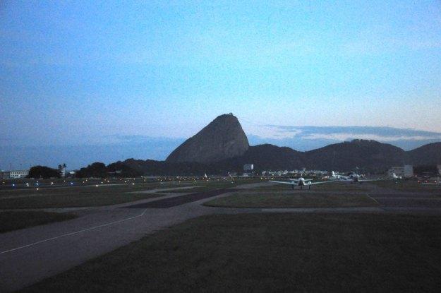 RioNotAer_130422_006_Santos_Dumont_pista_aviao_Pão_de_aç-ucar