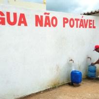 Crateús - Moradores fazem fila para retirada de água em posto de abastecimento no bairro São Vicente, ao custo de R$ 0,50 por galão de 20 litros (Fernando Frazão/Agência Brasil)