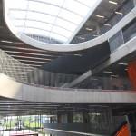 Heyerdahlskolan. Central hall med glastak. Snäckformen uppstår genom att de öppna ovalerna i de olika planen är vridna i förhållande till varandra. Foto: Sussie Schwab