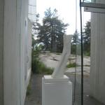 Midtåsen. De släta ljusa betongväggarna ger bakgrund och förstärker effekten av skulpturerna. Foto: Anita Stenler