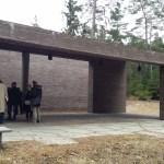 Entrén till krematoriet har ett stort skärmtak där man kan vänta eller samlas.