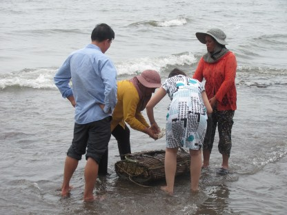Emptying crab traps at Kep.