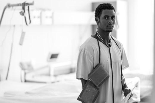 Saimon (Filimon) Tewelde bei seiner Arbeit auf der Krankenstation
