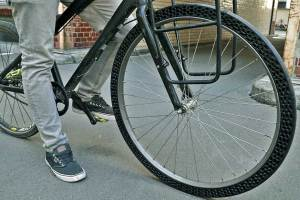 Side view of entire front wheel on city bike fitted with BigRep 3D printed airless tire